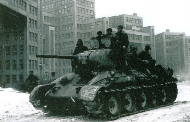 Танк Т-34 в центре Харькова http://t.co/I8qSraxfzE http://t.co/8uw266oExt
