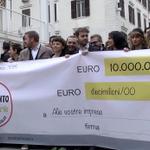 Una giornata storica: il #M5S presenta il #microcredito5stelle. Il video di questa mattina: http://t.co/MC5Hq8WFpp http://t.co/KUedupKHyd