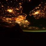 (IT) Il Canale della Manica risplendeva da entrambi i lati in una notte senza nuvole dello scorso Gennaio. http://t.co/8RtsVa9VzV