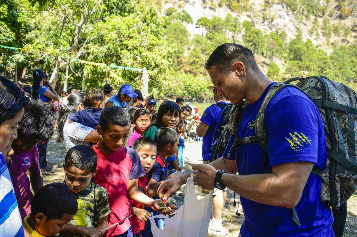 US troops from @jtfbravo hike to deliver 4,500 lbs of donated food to #Honduras village @USAmbHonduras http://t.co/6rc0yEdAyI