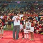 O homenageado da noite recebe placa de ninguém menos do que Zico. Obrigado, Léo Moura! #AUltimaDoMoicano http://t.co/H6yh3vVv2V