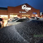 The transition from rain to sleet has started in south Lexington. This is the parking lot for Kroger in Hartland. http://t.co/df7lXb9V2C