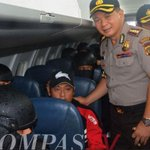 Police Commissioner poses for photos with #Bali9 duo on flight to execution site: http://t.co/RJh0gTOswp #9News http://t.co/cTqK2L5wnQ