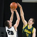 #Sehomes Leighton Kingma blocks a shot by #RiverRidges Mac Armstrong. Sehome up at halftime 26-22.#HardwoodClassic http://t.co/tzmJHTPUXb