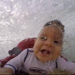 Pai leva bebê de 9 meses para surfar. http://t.co/2lEaSl61Me http://t.co/fkH6loPVe8