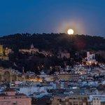 La luna se asoma sobre la Alhambra.. Foto de Arturo Ávila #planesgranada http://t.co/uIZLDx7vbr