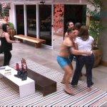 tutorial de como apartar uma briga: segure quem vai apartar ela http://t.co/iSRHOgpYEj