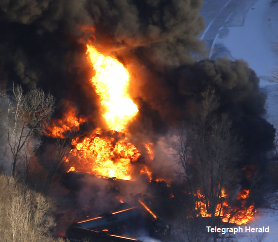 BREAKING: Evacuation ordered for 1-mile radius around crude oil train derailment near #Galena #Illinois http://t.co/a8nZ6JdPtI