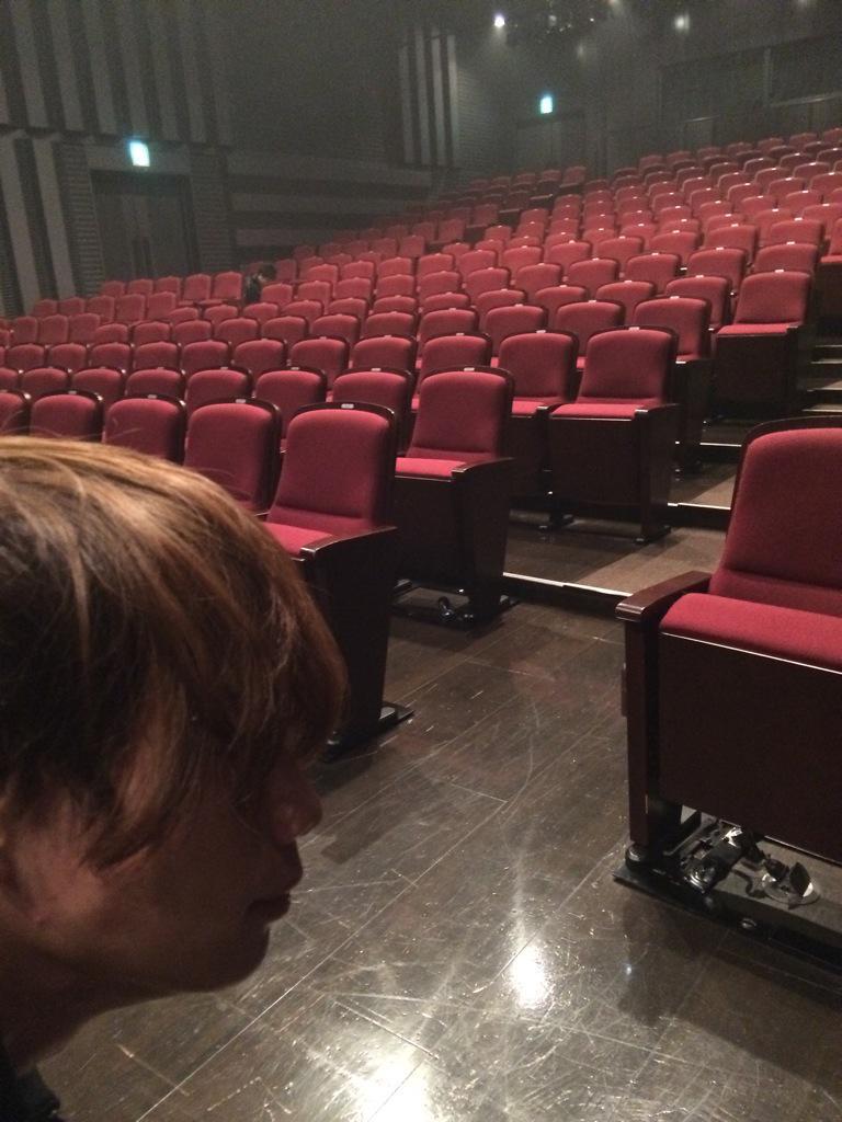 客席を撮影していたところ、おもむろにフレームインする純矢君。お茶目な白薔薇さんが、今日も劇場でお待ちしております☆ #社中リチャード http://t.co/6dlj7AhRJ8