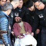 [#슬라이드포토] 지난 5일 마크 리퍼트 주한미국대사를 습격해 구속영장이 청구된 김기종 우리마당 독도지킴이 대표가 영장실질심사를 받기 위해 법원으로 이송되고 있습니다. http://t.co/BJH1royfhq http://t.co/UIsAUnTJ4q