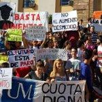 #Ahora Alumnos de universidades privadas protestan en Casa de Gobierno http://t.co/7f0pvGU7le http://t.co/YQz2W5j6qh