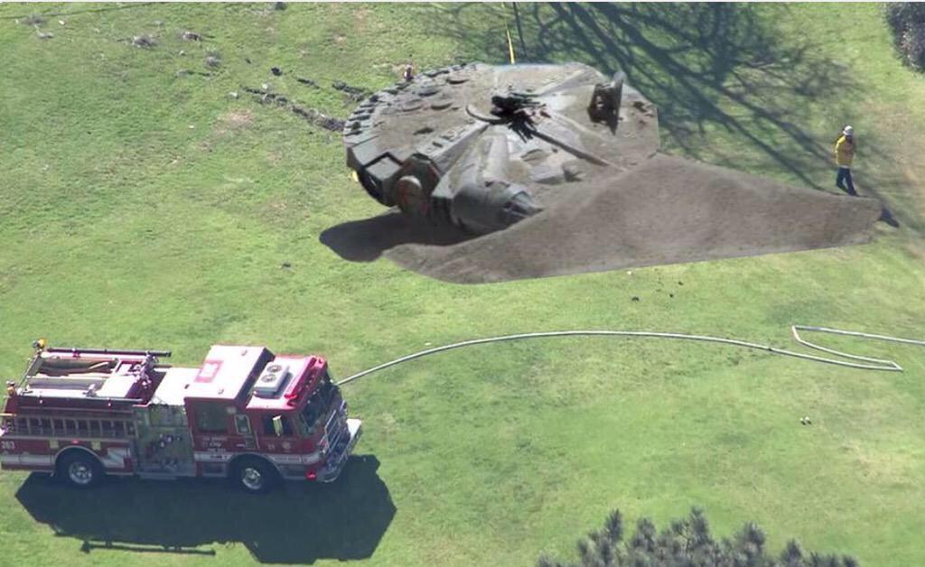 ハリソンフォードの事故現場大変そう。 http://t.co/ATURkW2WTH