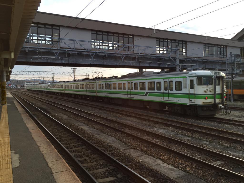 そして今乗ってる電車は115系新潟色なのですが、この色が分かる人には分かる「キムワイプ」に似ていると言ったら、全員から賛同を得ました。 http://t.co/x6dUBHmGOv