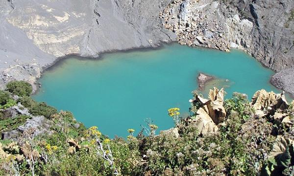 Irazú volcano's crater lake can change from emerald green to crimson red. #CostaRica http://t.co/c5wOLgfe05