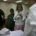 Samper, así tratan una juez en Venezuela, la jueza @mariafiuni ESPOSADA en plena audiencia, separación de poderes ja http://t.co/1J7FFoNWO2