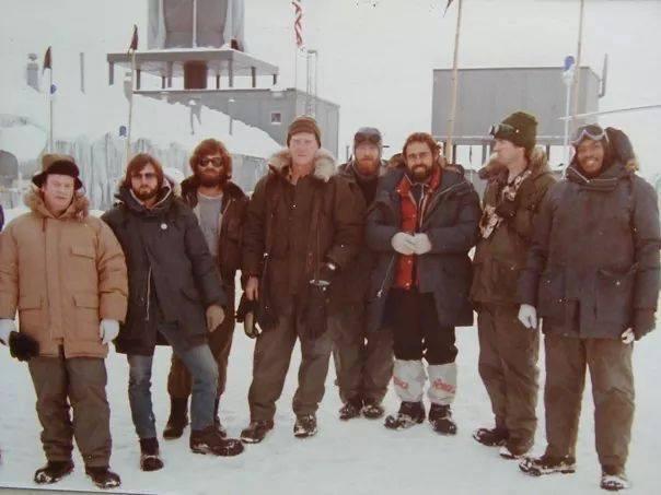 『遊星からの物体X』オフショットなのだが、単なる越冬隊員の写真だなこれは http://t.co/WY5YFHHVK1