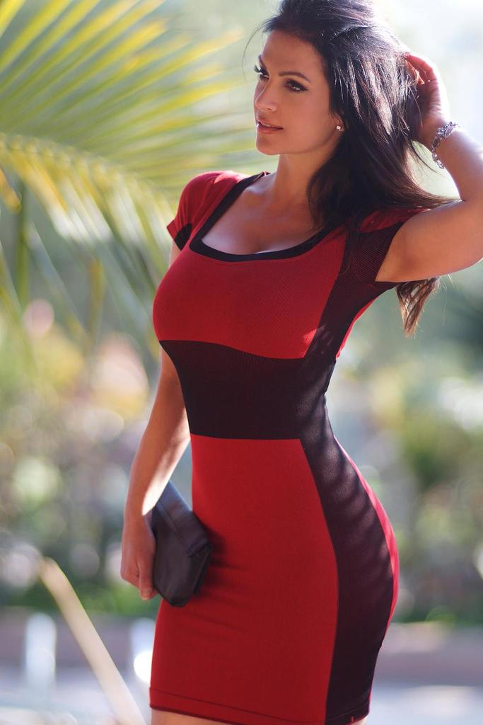 Фото красивых девушек в платье брюнетки с длинными волосами