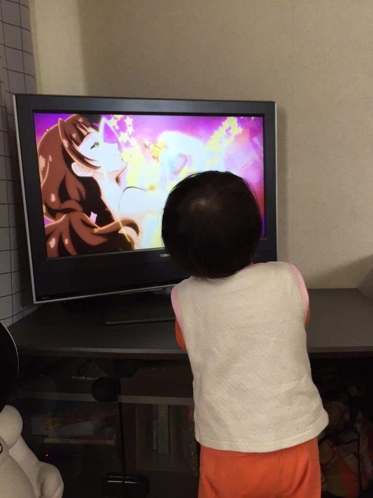 どこで悪さしててもプリキュアが変身し始めるとテレビの前に戻ってくるうちの一歳息子 http://t.co/QJcJ3keYeW
