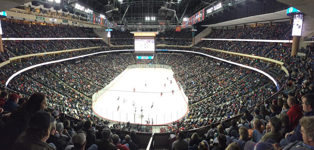 This is high school hockey in Minnesota! #StateOfHockey http://t.co/idVtxH8KZX