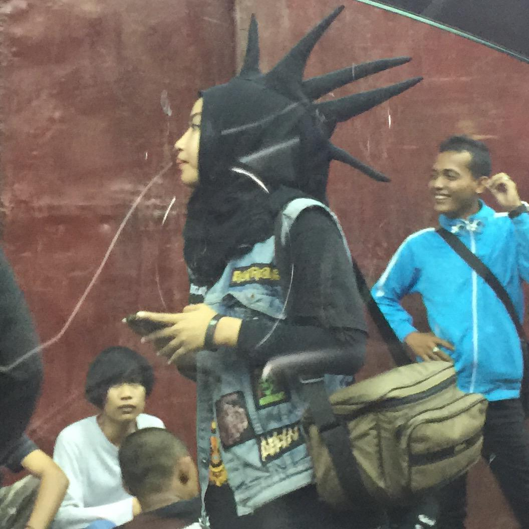 Solusi fashion untuk hijaber yang ingin datang ke gig Punk/Metal http://t.co/VzfvMSa5Il