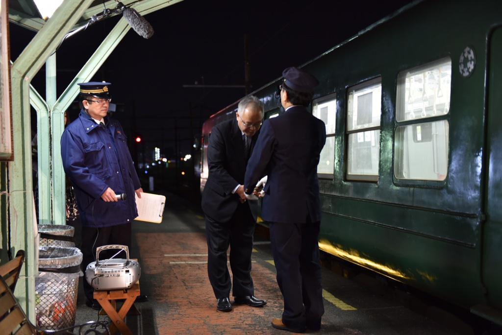 熊本電鉄5000系5102A、58年間の運行終了。温かく迎えられ、ライトアップされた幸せな青ガエル、おつかれさまでした! http://t.co/Y3ZykLQdSo