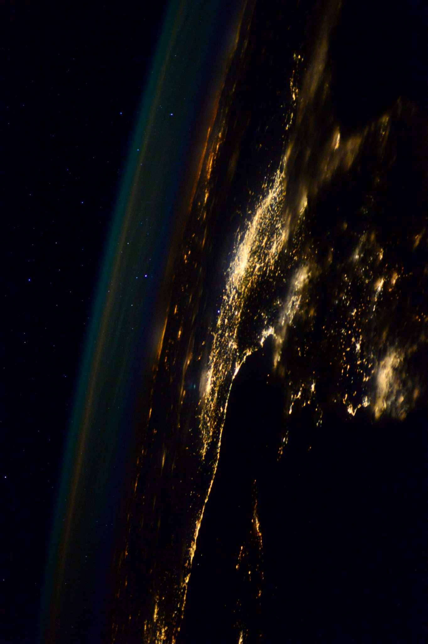 Una bella prospettiva RT @AstroSamantha: A different perspective. #Italy Una prospettiva diversa. #Italia http://t.co/mwKKOnIunA