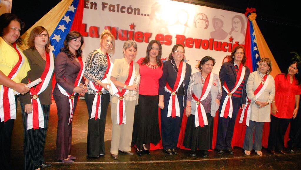 La mitad de la población somos mujeres y la otra mitad la parimos nosotras!!! Feliz Día Mujeres #DiaDeLaMujerPatriota http://t.co/z0K8n01l8j