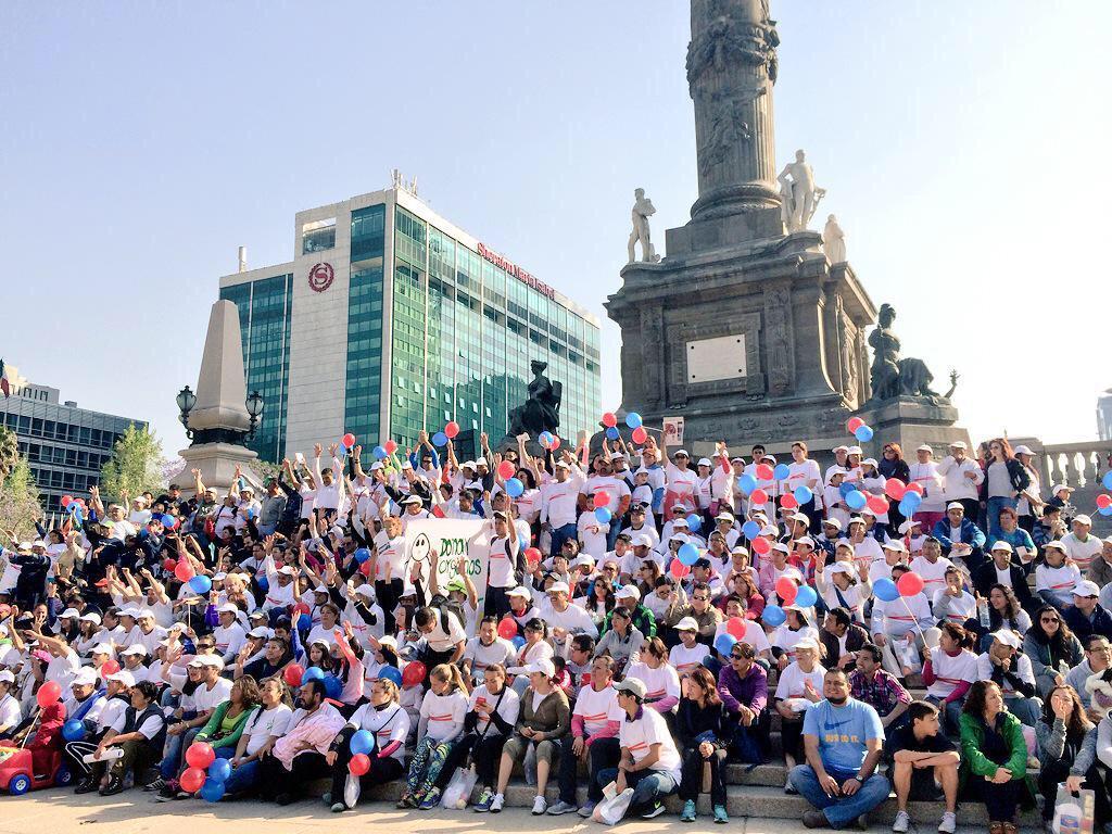 Unimos esfuerzos y celebramos juntos el #DíaMundialDelRiñón por una #SaludRenalParaTodos en el Angel de la #CDMX http://t.co/na3GasVtAE