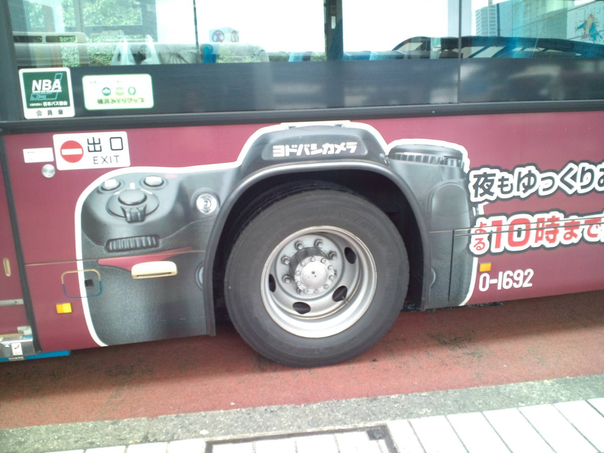タイヤがカメラのレンズに、ラッピング・バス。 http://t.co/8qV68vTILb