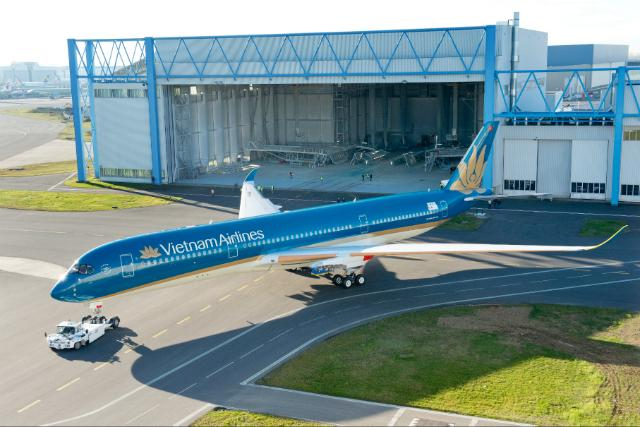 PICTURES: Vietnam Airlines reveals new livery on first A350 http://t.co/cUDmjqEGrb Pictures by @FlyVNA + @Airbus http://t.co/mgYDJ2WJ9W