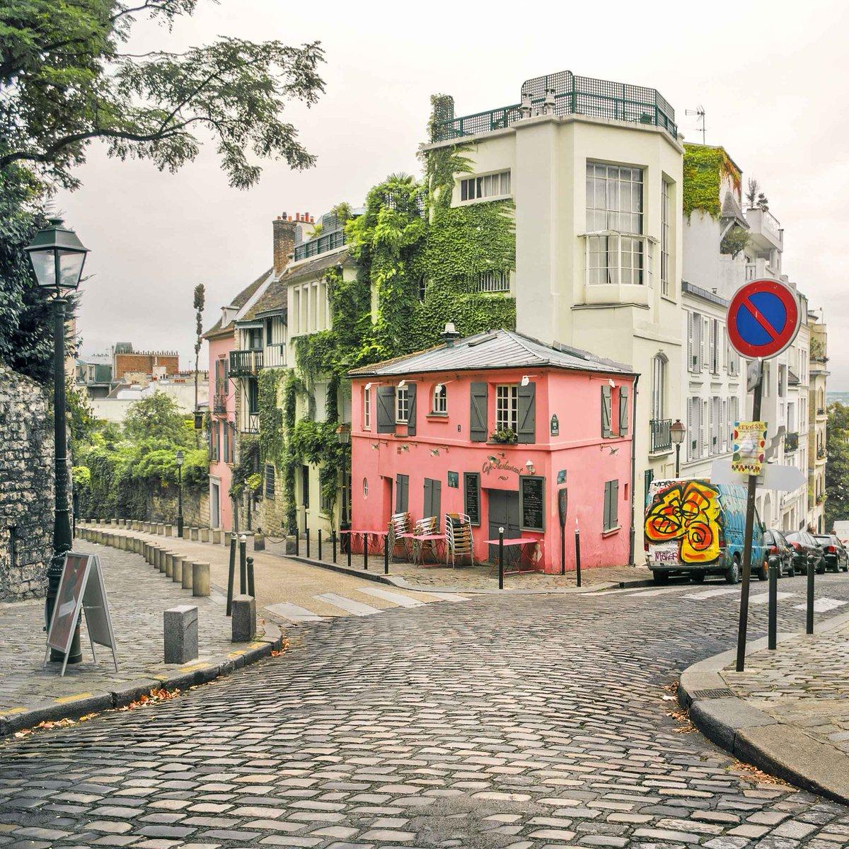 The streets of Montmartre, Paris. http://t.co/2iNfZou3ey