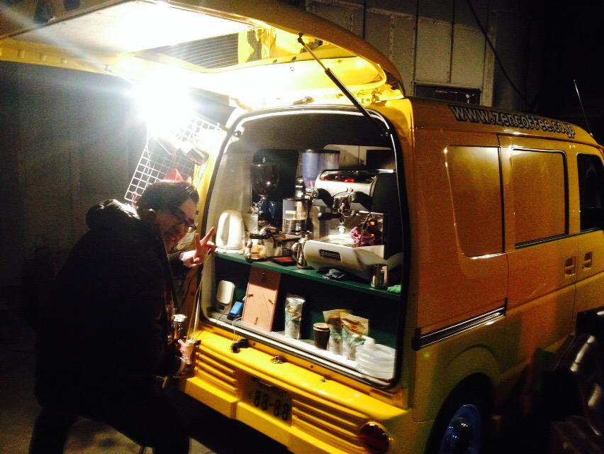 旅行前にZENカフェスタンドさんに( @Cafe_stand_ZEN  )に立ち寄ってきました!美味しいカフェラテを飲みながら店主のヴァイオリンが聴けるお得なお店! 仮店舗営業ゆえの、このビジュアルも面白いwww http://t.co/ix7lgzWiF8