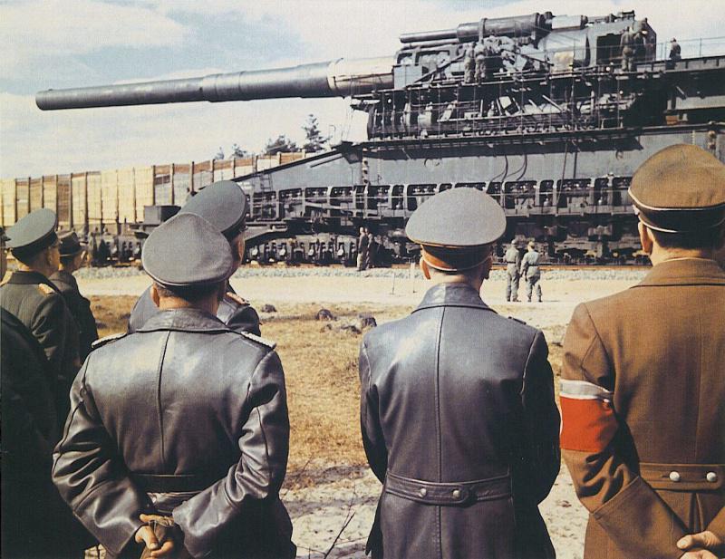 Адольф Гитлер и Альберт Шпеер прибыли на полигон в Рюгенвальде, где было представлено 800-мм ж/д-орудие «Дора» http://t.co/0VO145NNh6