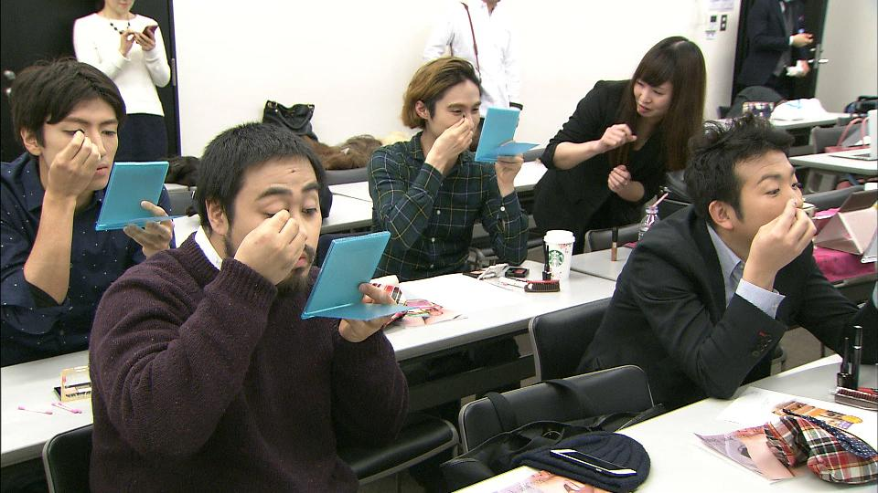化粧する男性たち。同性愛者の気持ちを知るためのセミナーの様子です。渋谷区が来年度から、結婚相当の関係にある同性カップルに証明書を発行しようと動き出したのを機に、性的マイノリティー市場に注目が集まっています。今日の特集です。 #wbs http://t.co/ZQDalT9usI