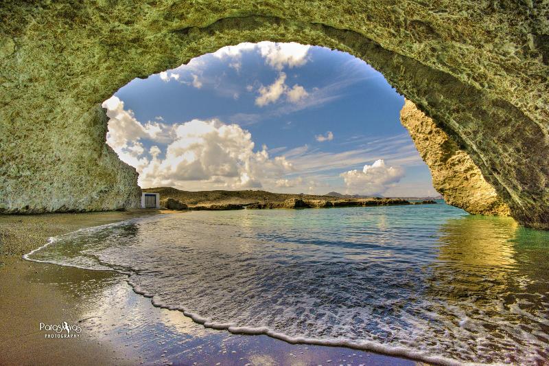 Καλημέρα !Μήλος -παραλία Αλογόμαντρας που βρίσκεται κυριολεκτικά μέσα στο βουνό.Παρασκευάς Καρβουνιάρης skaikairos.gr http://t.co/6ni7gk5nGq
