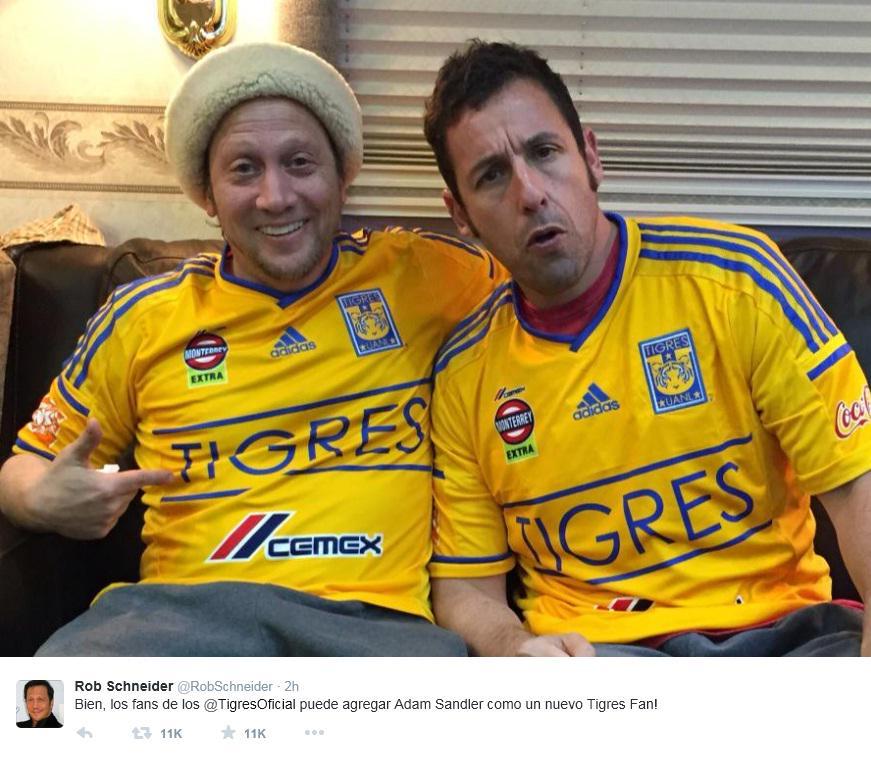 El actor Rob Schneider tuitea foto donde aparece junto a Adam Sandler portando la playera de Tigres. http://t.co/hXQBhQ77t2