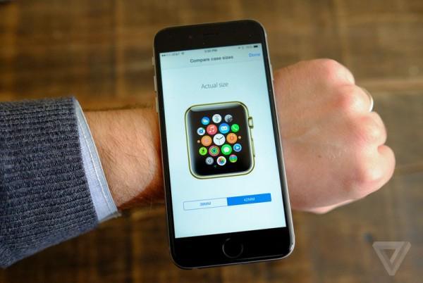 在 iPhone 的 Apple Store 应用中显示每个规格尺寸实际的大小比例,用户可以将其放在手腕上来确定最终应该选购小尺寸还是大尺寸的。 http://t.co/4YXUL3IdUV