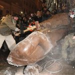 Goodbye Lenin. Ukraine protesters topple Lenin statue in central Kiev http://t.co/PuqbKvxDQR (Photo: AP) http://t.co/zHY2PkQsp9