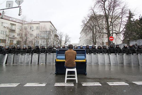 "Barry Walsh (@barelywashed): ""@DavidGrann: Photo of the day: Ukrainian protester playing piano to riot police. https://t.co/sNghXpVvpf"