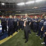 Great pic of Auburns Gus Malzahn talking with his team during its #SECATL walkthrough yesterday (via @fototodd): http://t.co/1aqspr6VgV