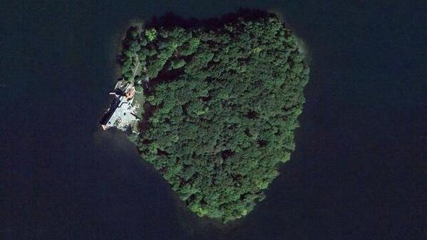 إنجلينا تهدي براد جزيرة على شكل قلب، الله على الهدية، جزيرة لو على شكل متوازي الأضلاع. http://t.co/gVRG7en9fV