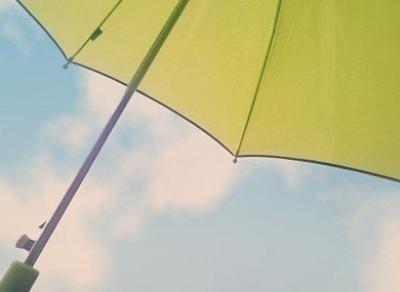 """문득 비가 내려도 니가 있어서 내게 우산이 되는 니가 있어서 나의 오른 팔이 젖어도 너의 왼쪽 팔이 젖어도 함께 쓰는게  서로 우산이 되 주는 친구란 걸   -뮤지컬""""총각네야채가게""""- http://t.co/OwXLd4TFMt"""