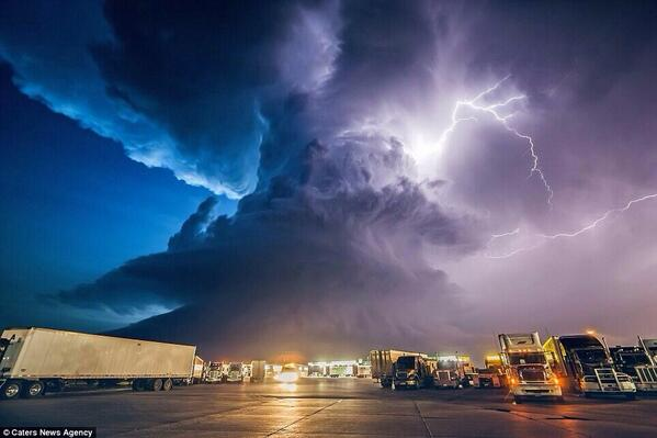RT @ajbarnett75: Corn plant worker Mike Hollingshead quit his job to become a pro storm chaser - this pic is amazing http://t.co/YeQnzLhpv5 -...