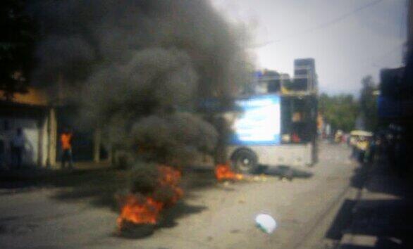 SuNoticiero (@SuNoticiero): Así quedó la tarima de @hcapriles tras ataques de motorizados incendiarios en Aragua http://t.co/4Nr7Xy10Ld