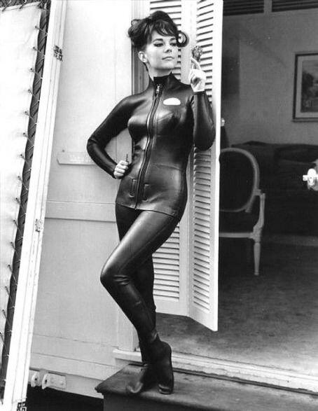 Natalie Wood dressed in black http://t.co/cn4kwJeSzw