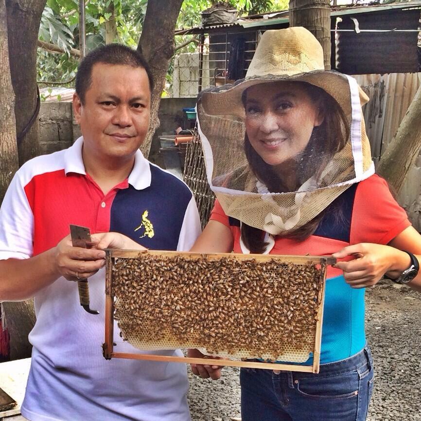 Today is #MYPuhunan coverage day!!! Mga bubuyog kasama ko today! Alam nyo ba nagagawang alak ang honey? http://t.co/16kvfouyUs