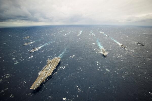 ジョージ・ワシントン空母打撃群が参加した平成25年度海上自衛隊実働演習が11月28日で終了。参加艦船による編隊航行写真。 http://t.co/19j0PM60dg
