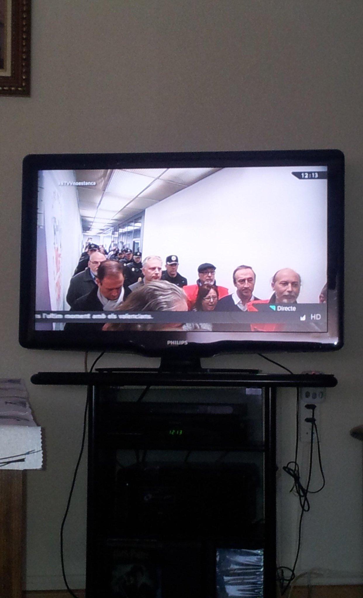 La policía escoltando a los liquidadores entre los trbajadores para cortar la emisión. Democracia? Golpe de estado http://t.co/l6BrgQL80A