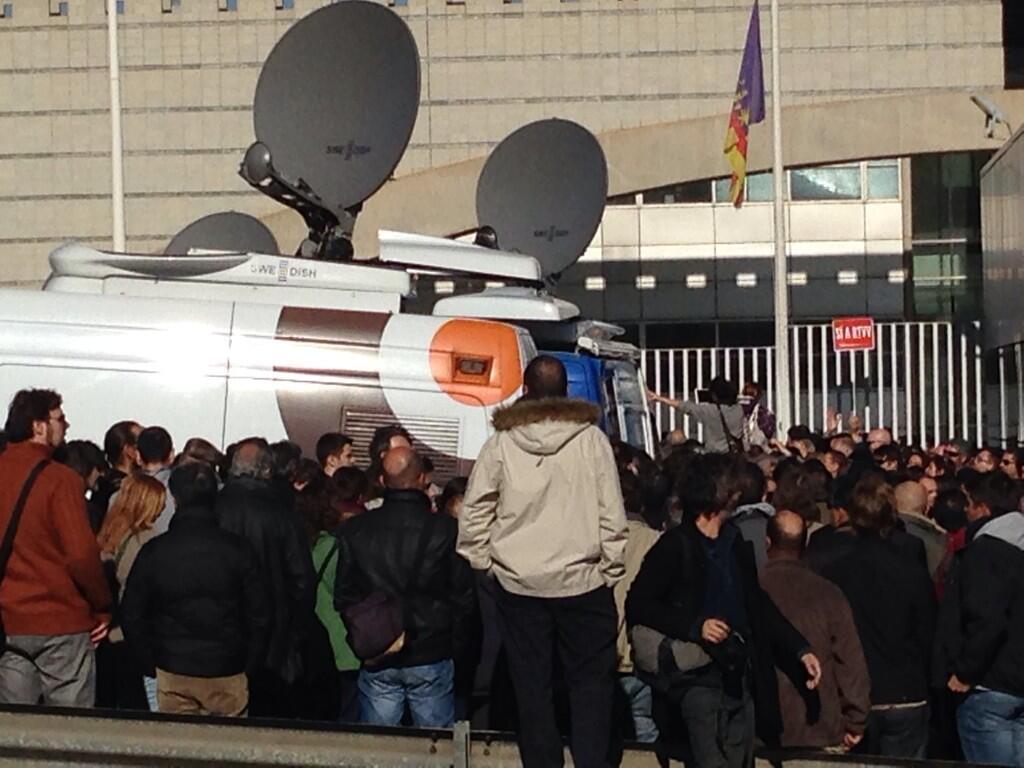 Varios minutos de aplausos a la salida de los trabajadores de canal nou http://t.co/TIx4K5yb99