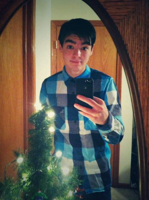 "Improved selfie game due to christmas tree <a class=""linkify"" href=""http://t.co/lfO3dSIKG2"" rel=""nofollow"" target=""_blank"">http://t.co/lfO3dSIKG2</a>"